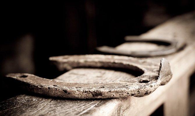 Как Правильно Вешать Подкову Над Входной Дверью — расчеты и монтаж