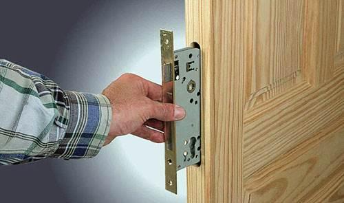 Как Вставить Врезной Замок в Деревянную Дверь — расчеты и монтаж